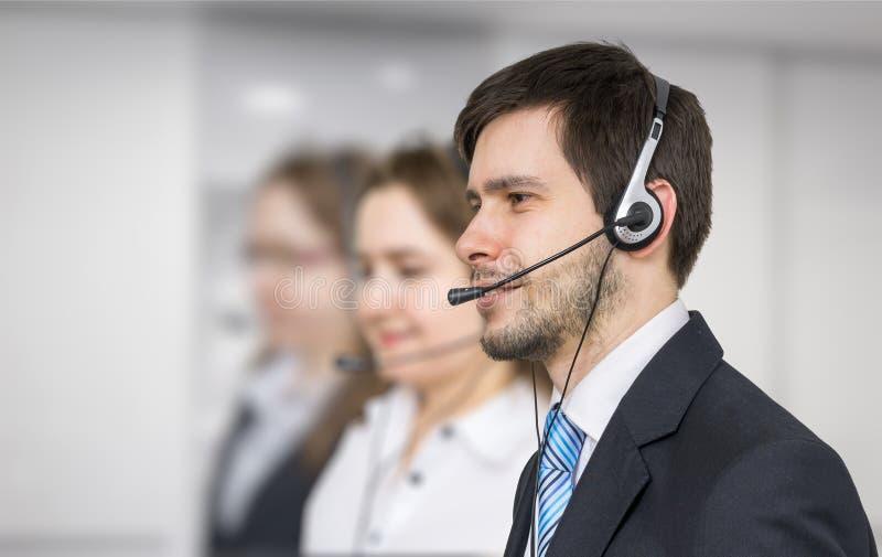 Jonge exploitant met hoofdtelefoon in call centre royalty-vrije stock fotografie