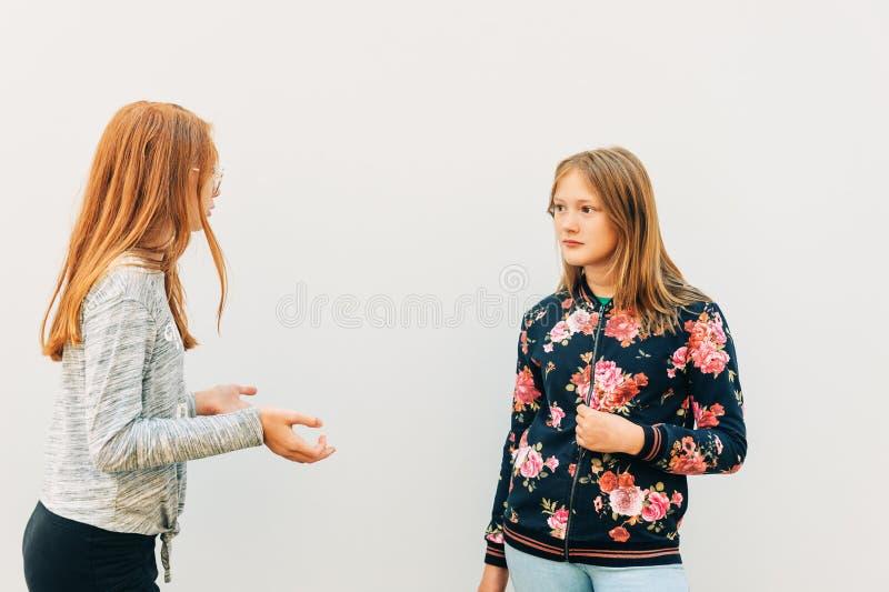 Jonge expressieve meisjes die een actief gesprek voeren stock afbeeldingen