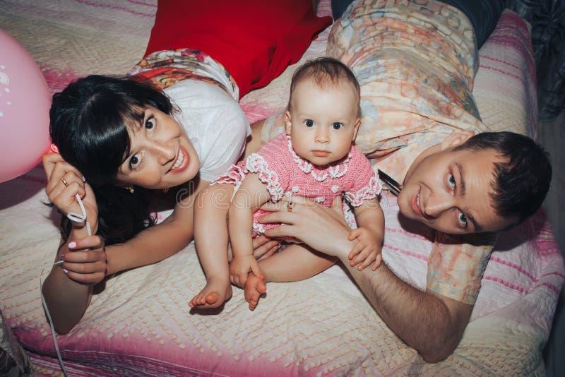 Jonge familie bestaande vader, moeder en weinig dochter in de ruimte royalty-vrije stock afbeeldingen