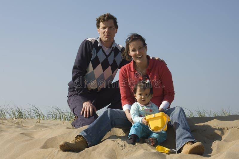 Jonge familie bij het strand stock foto