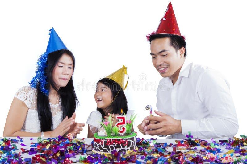 Jonge familie die een verjaardag op studio vieren royalty-vrije stock fotografie