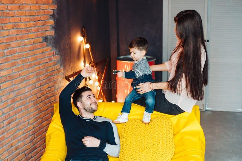Jonge familie die pret heeft stock afbeelding