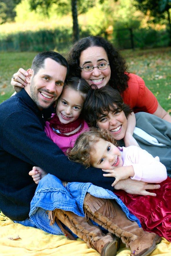 Jonge familie die pret in het park heeft stock foto