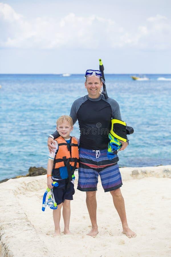Jonge Familie die samen in de Oceaan snorkelen stock afbeelding