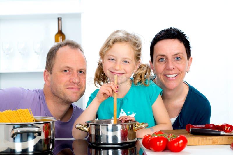 Jonge familie die samen kookt royalty-vrije stock foto