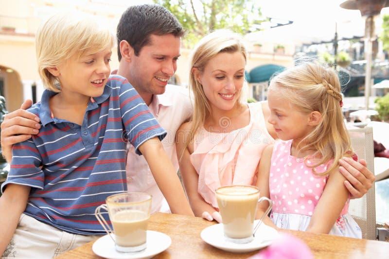 Jonge Familie die van Kop van Koffie geniet royalty-vrije stock fotografie