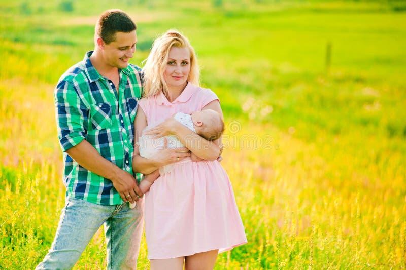 Jonge familie met baby stock fotografie