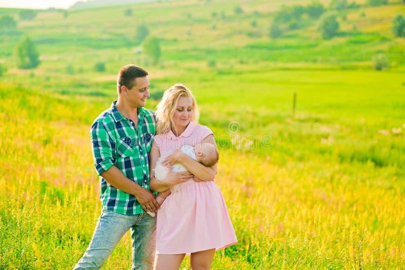 Jonge familie met baby royalty-vrije stock foto