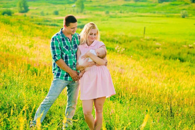 Jonge familie met baby royalty-vrije stock afbeelding