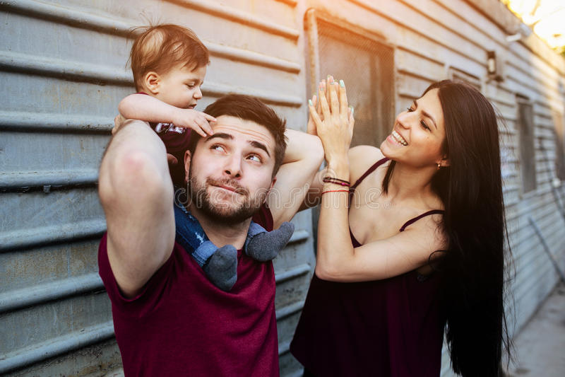 Jonge familie met een kind stock afbeeldingen