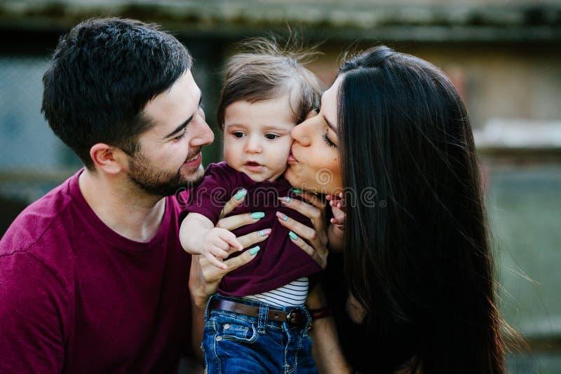Jonge familie met een kind op de aard royalty-vrije stock afbeelding