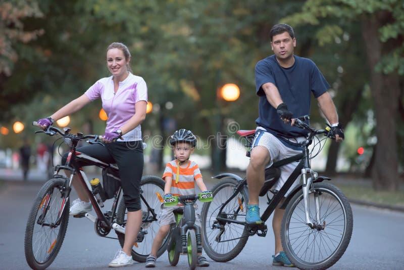 Jonge familie met fietsen stock foto