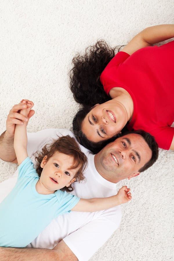 Jonge familie met kind het ontspannen stock afbeeldingen