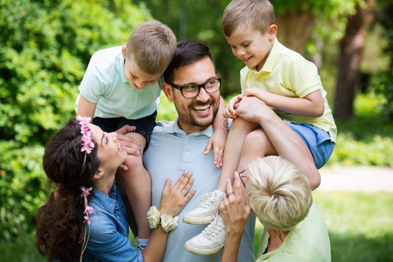 Jonge familie met kinderen die pret in aard hebben royalty-vrije stock foto's