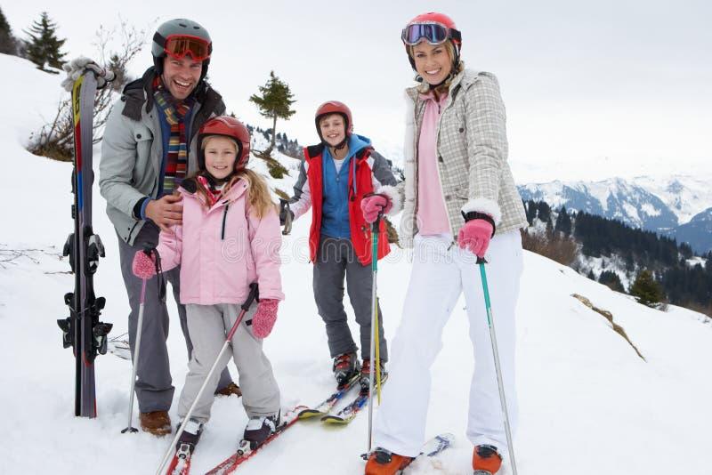 Jonge Familie op de Vakantie van de Ski royalty-vrije stock foto's