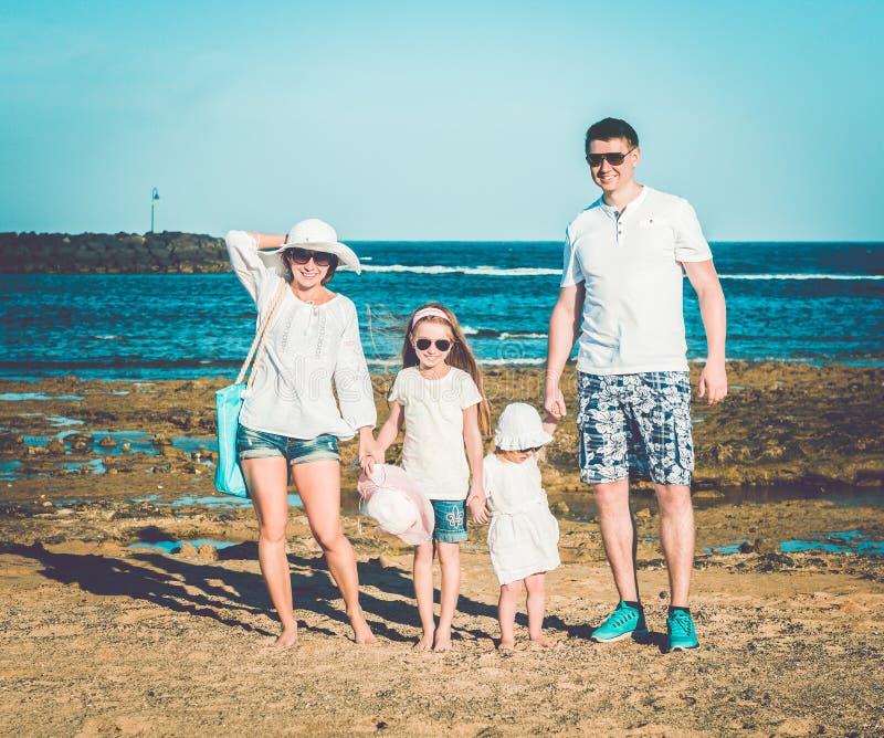 Jonge familie op het strand royalty-vrije stock foto