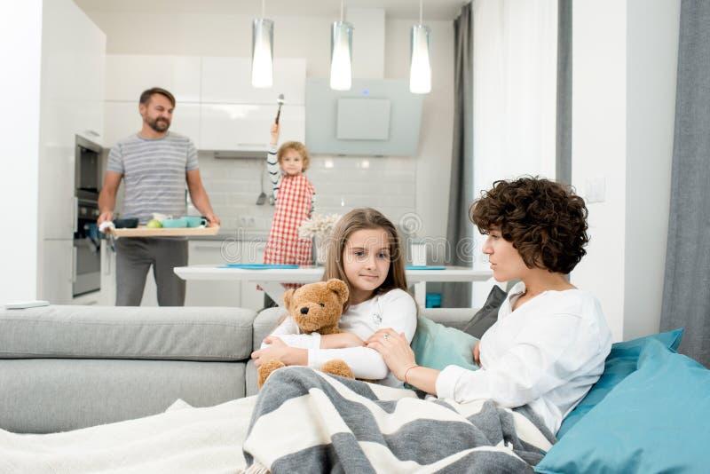 Jonge Familie thuis royalty-vrije stock foto