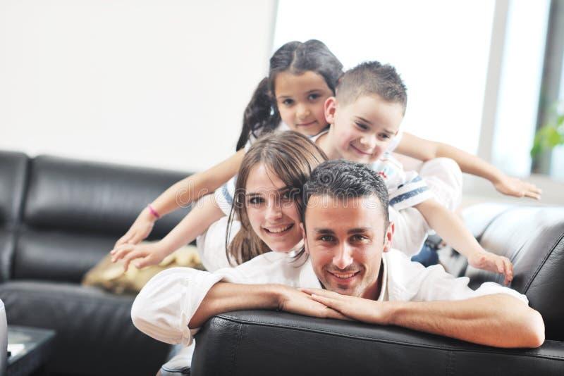 Jonge familie thuis stock foto's
