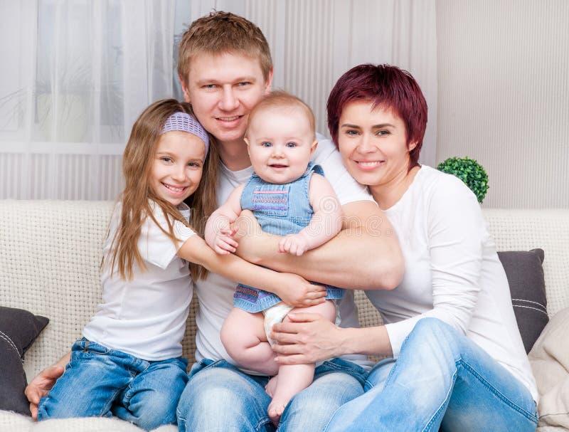 Jonge familie thuis stock fotografie
