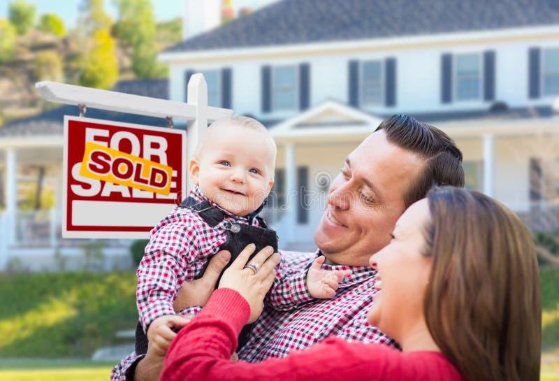 Jonge Familie voor voor Verkoopteken en Huis stock fotografie