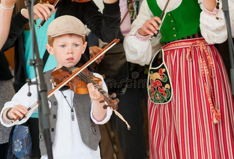 Jonge fiddler bij een Zweeds volksmuziekfestival royalty-vrije stock foto's