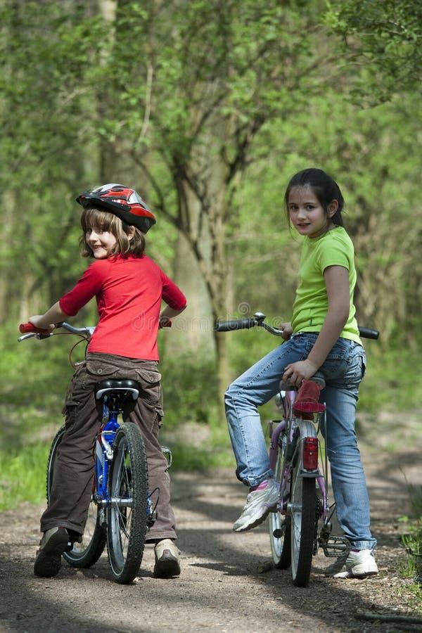Jonge fietsers royalty-vrije stock foto's