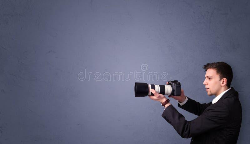 Jonge fotograaf die beelden met copyspacegebied schieten royalty-vrije stock afbeeldingen