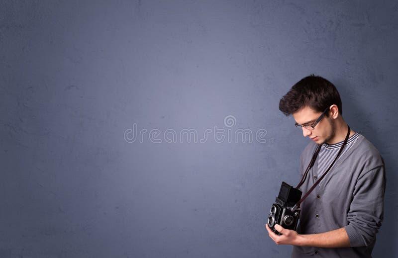 Jonge fotograaf die beelden met copyspacegebied schieten stock afbeeldingen