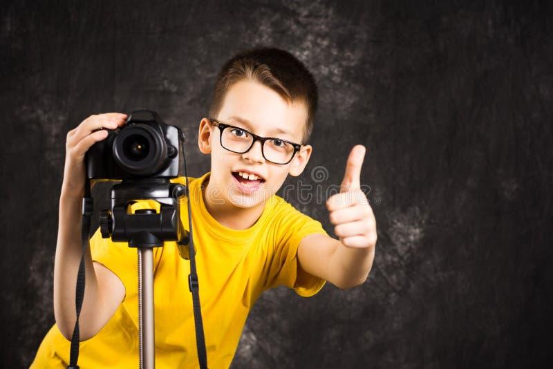 Jonge fotograaf met camera op een driepoot royalty-vrije stock afbeelding