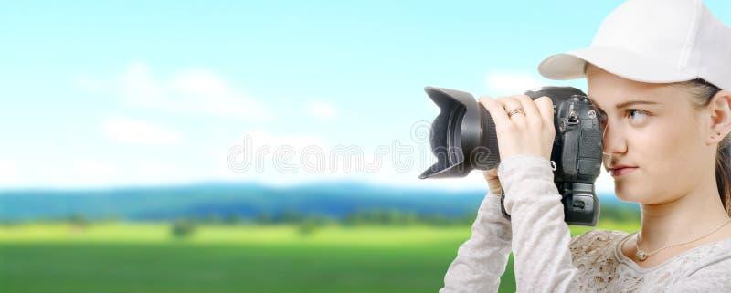 Jonge fotograafvrouw met wit GLB in het platteland royalty-vrije stock fotografie