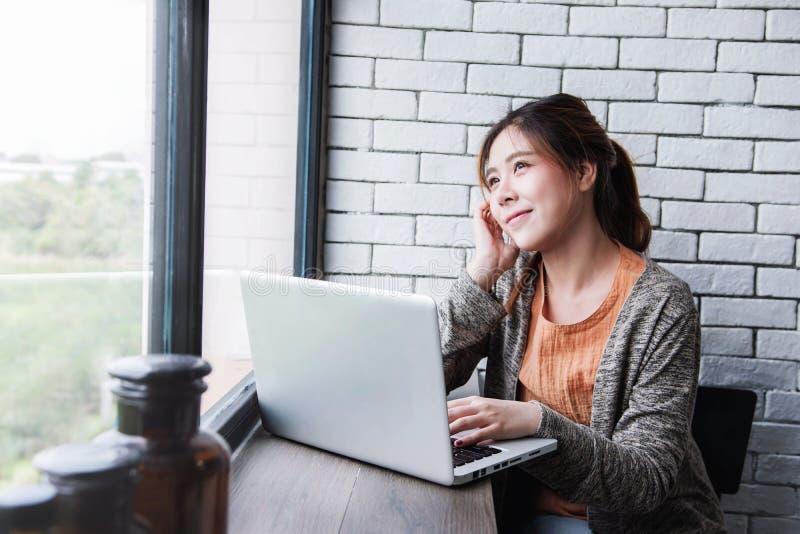 Jonge Freelancer-Vrouw die aan Computerlaptop werken in Comfortabel Huis, Wijfje in Nadenkende Houding die Buitenvenster kijken royalty-vrije stock afbeeldingen