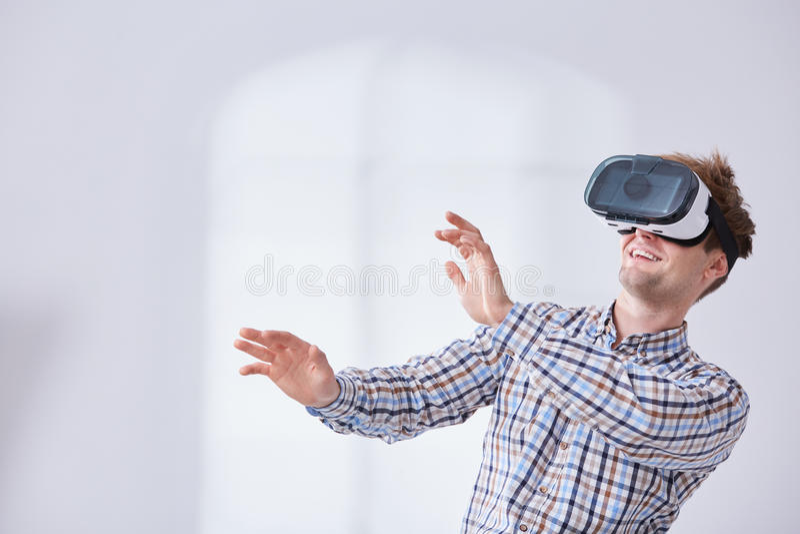 Jonge gamer in cyberwereld stock fotografie