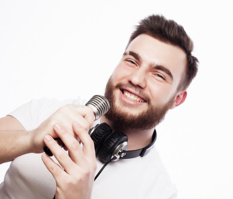 Jonge gebaarde mens in het witte overhemd zingen in microfoon royalty-vrije stock afbeeldingen