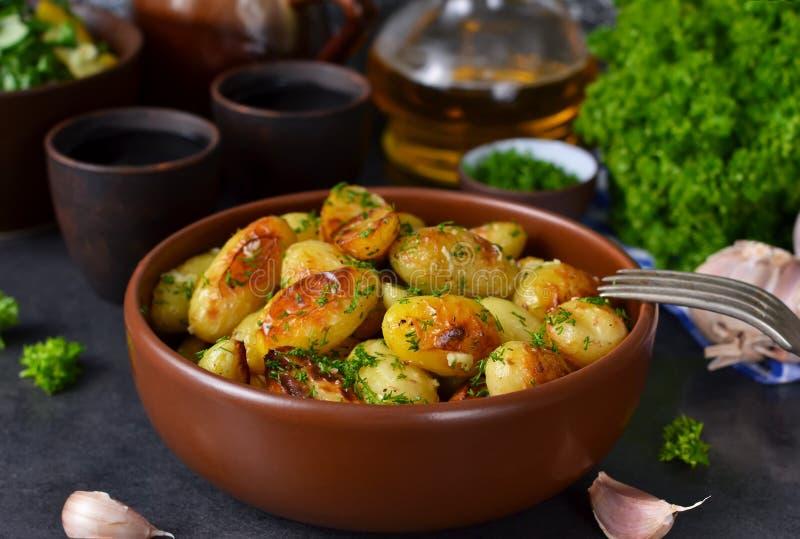 Jonge gebraden aardappels met knoflook en dille stock foto