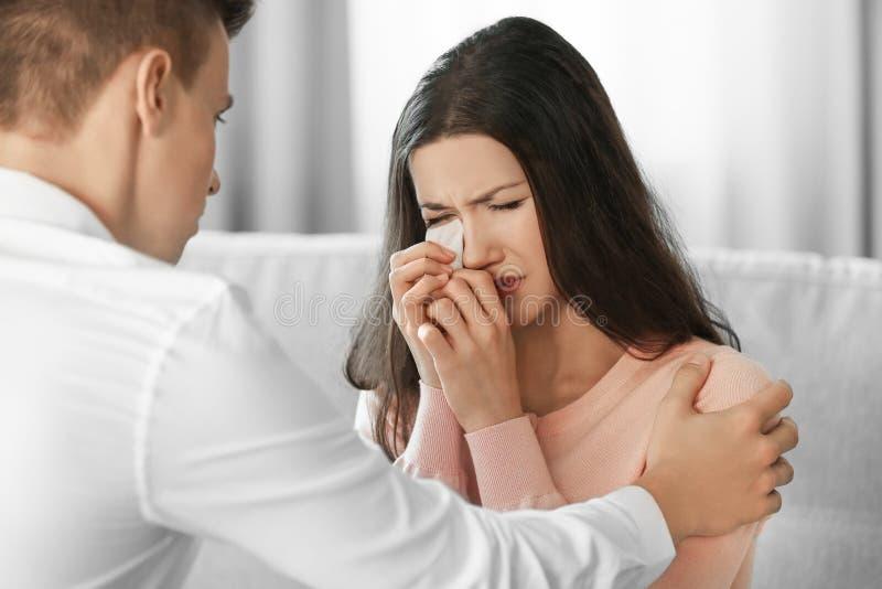 Jonge gedeprimeerde schreeuwende vrouw met vriend thuis royalty-vrije stock foto