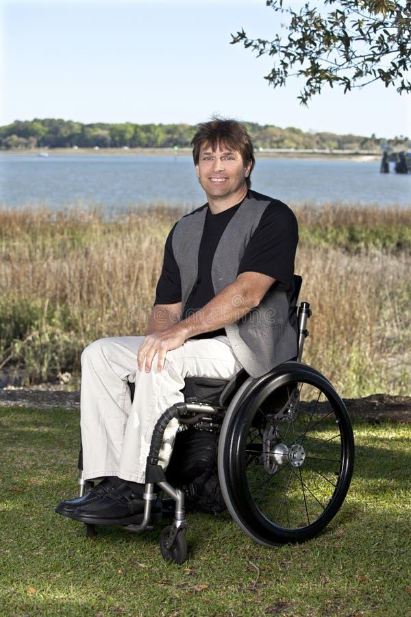 Jonge gehandicapte mens in rolstoel stock fotografie