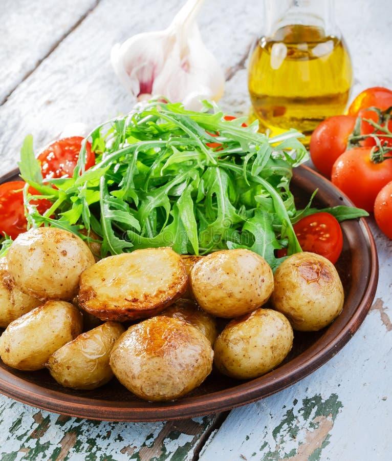 Jonge gehele aardappel in de schil stock afbeelding
