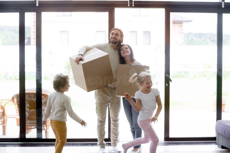Jonge gehele familie die zich bij nieuw huis bewegen royalty-vrije stock foto