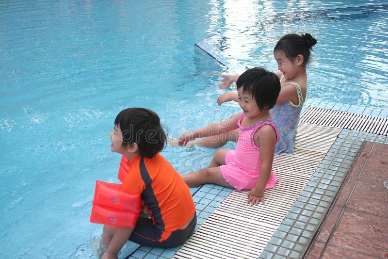 Jonge geitjes bij de pool royalty-vrije stock foto
