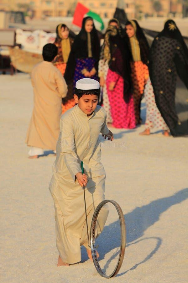 Jonge geitjes bij Doha-strand die traditionele Arabische doeken dragen royalty-vrije stock foto