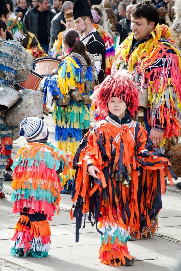 Jonge geitjes bij het festival van maskeradekostuums