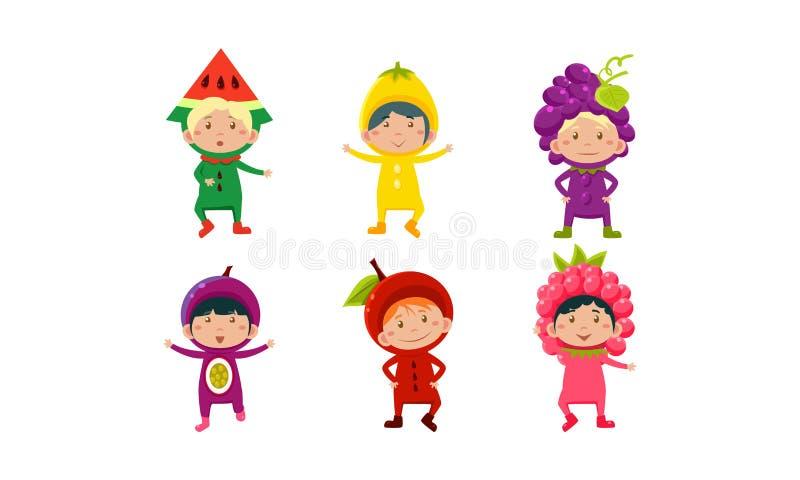 Jonge geitjes in Carnaval-geplaatste kleren, leuke kleine jongens en meisjes die vruchten en berriess kostuums vectorillustratie  royalty-vrije illustratie
