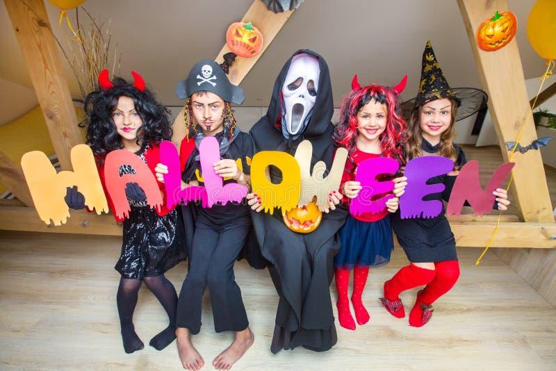 Jonge geitjes in de Kostuums van Halloween stock fotografie