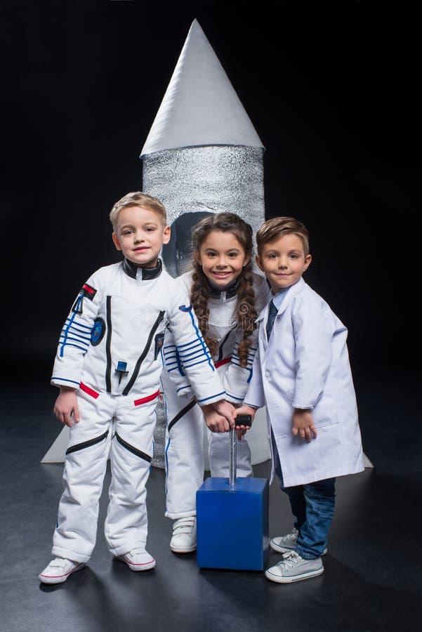Jonge geitjes die astronauten spelen stock foto