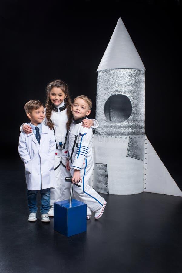 Jonge geitjes die astronauten spelen royalty-vrije stock afbeeldingen