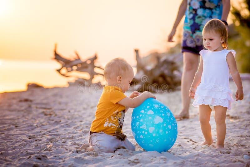 Jonge geitjes die ballon spelen bij het strand stock fotografie