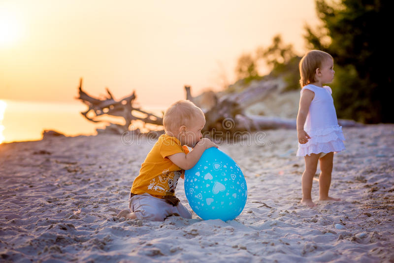 Jonge geitjes die ballon spelen bij het strand royalty-vrije stock foto's