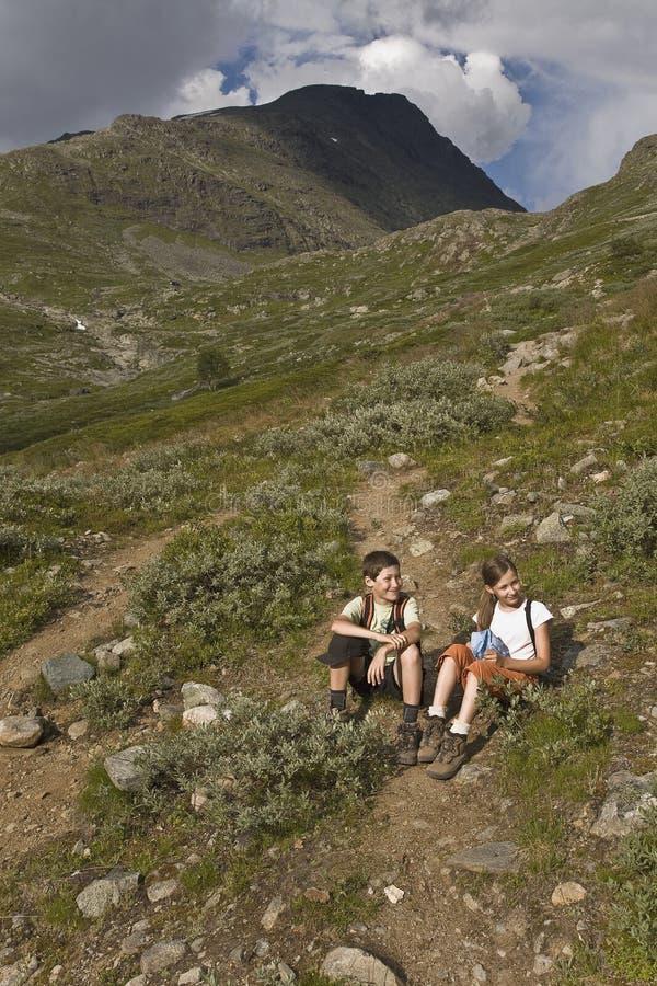 Jonge geitjes die in bergen, Noorwegen wandelen stock fotografie