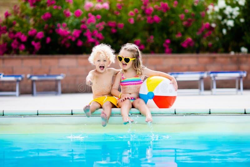 Jonge geitjes die bij openlucht zwembad spelen royalty-vrije stock afbeeldingen