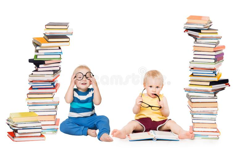 Jonge geitjes die Boeken, het Concept van de Babyschool, Kinderenspel met Boekenstapel lezen op Wit royalty-vrije stock foto's